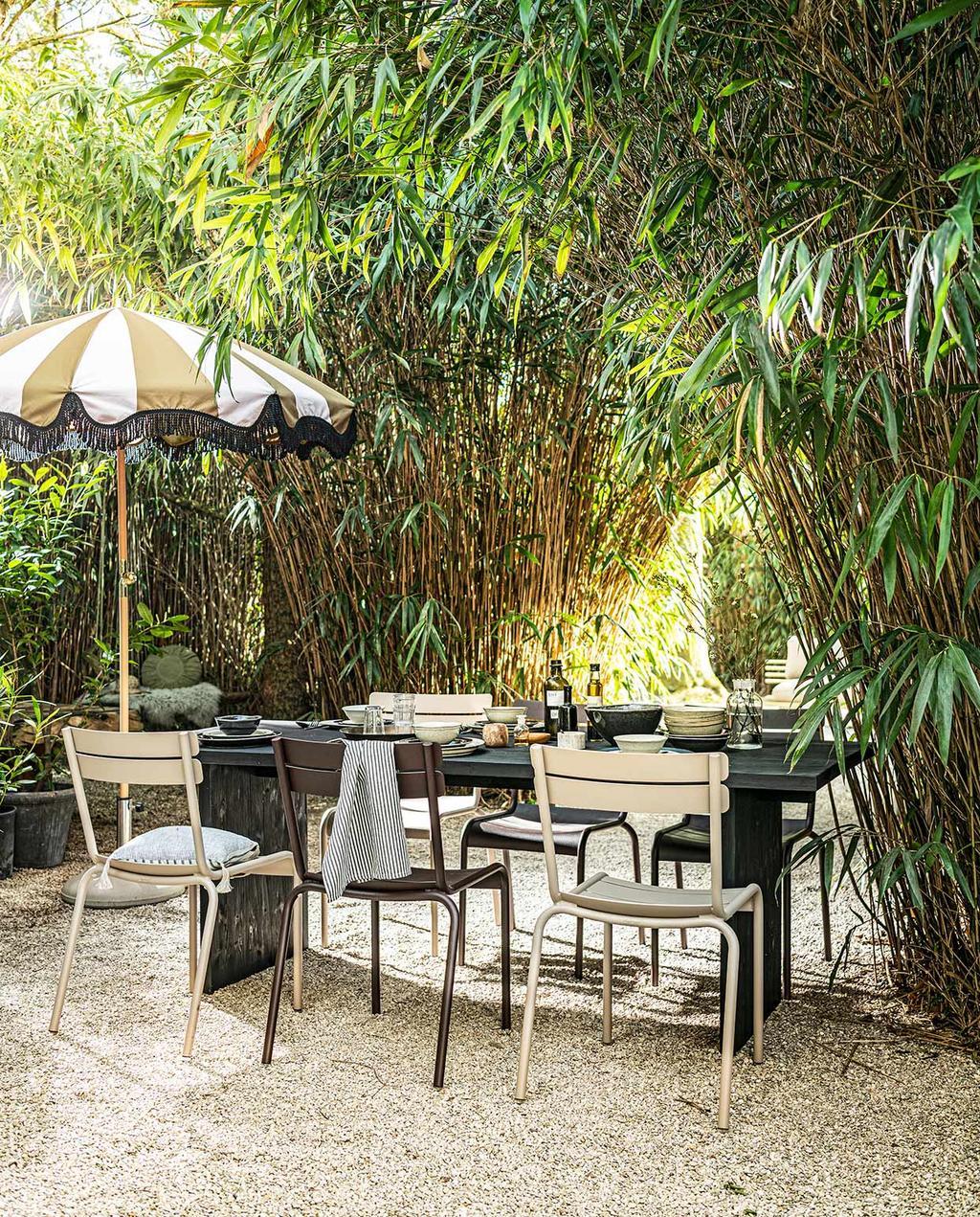 vtwonen 06-2021 | de DIY tuintafel met een beige en witte parasol
