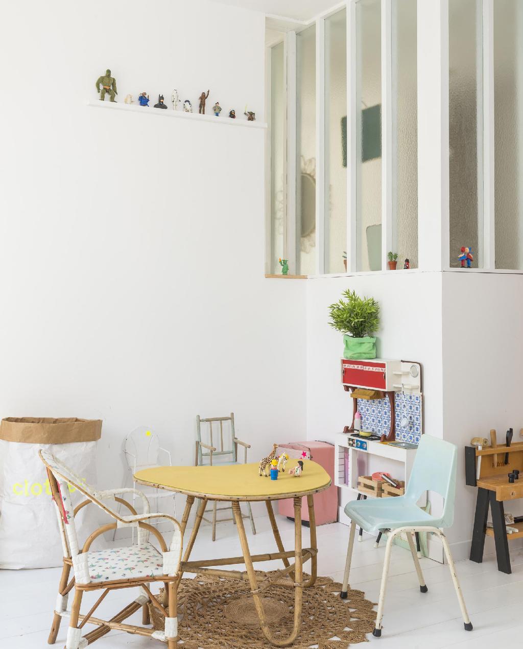 vtwonen 09-2015 | binnenkijken biarritz kinderkamer speelhoek met vintage rotan meubels