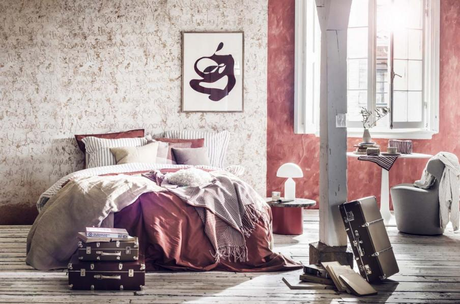 Chambre à coucher tons blanc et brique.