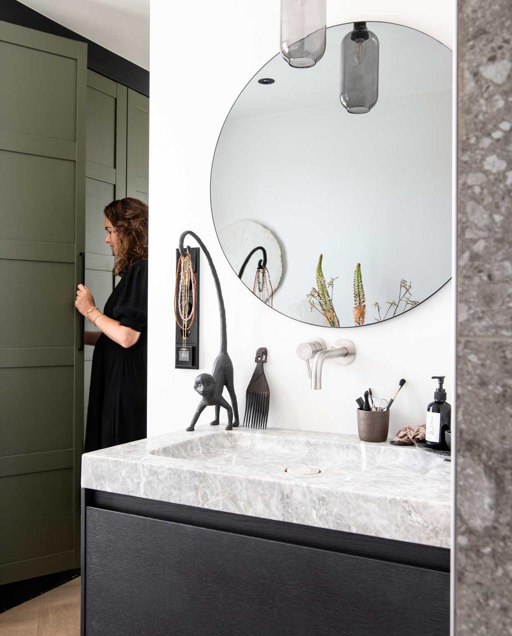 vtwonen binnenkijkspecial 2020 | binnenkijken in een woonboerderij in braambrugge | badkamer