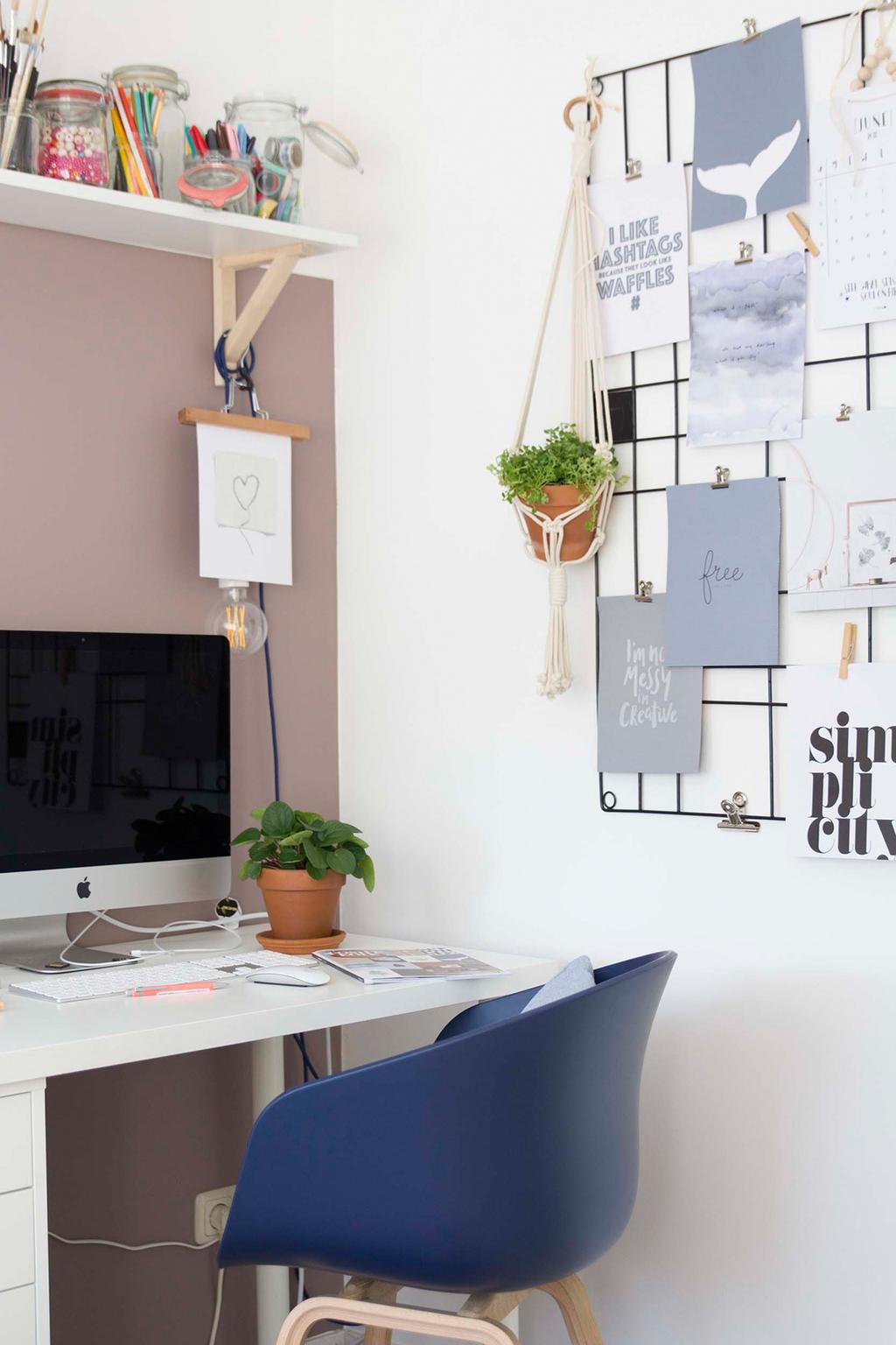 vtwonen memobord met posters uit het vtwonen posterboek in de werkkamer van Elske