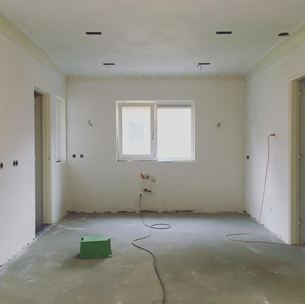 dit-was-de-situatie-na-de-sloop-en-opbouw-de-wand-tussen-de-woonkamer-en-keuken-is-eruit-zodat-de-keuken-in-de-woonkamer-komt