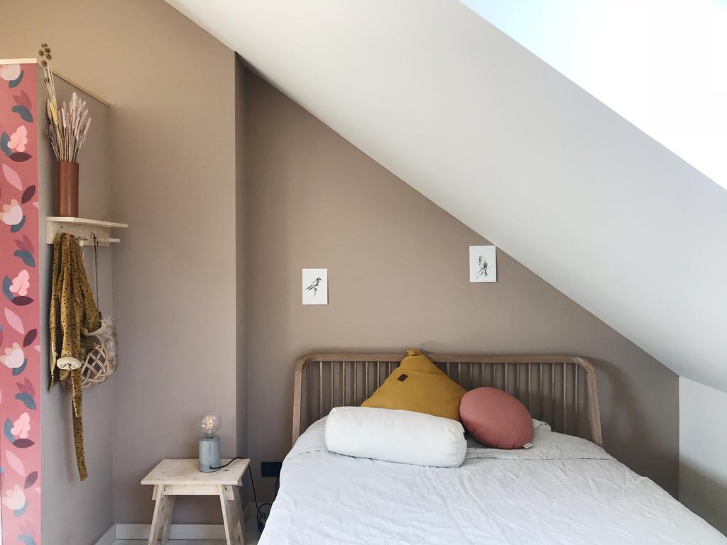 Nieuwe bestemming van de zolderkamer als logeerkamer, werkruimte en ontspanningsruimte van Isabel de Langhe van Mothers of the Home