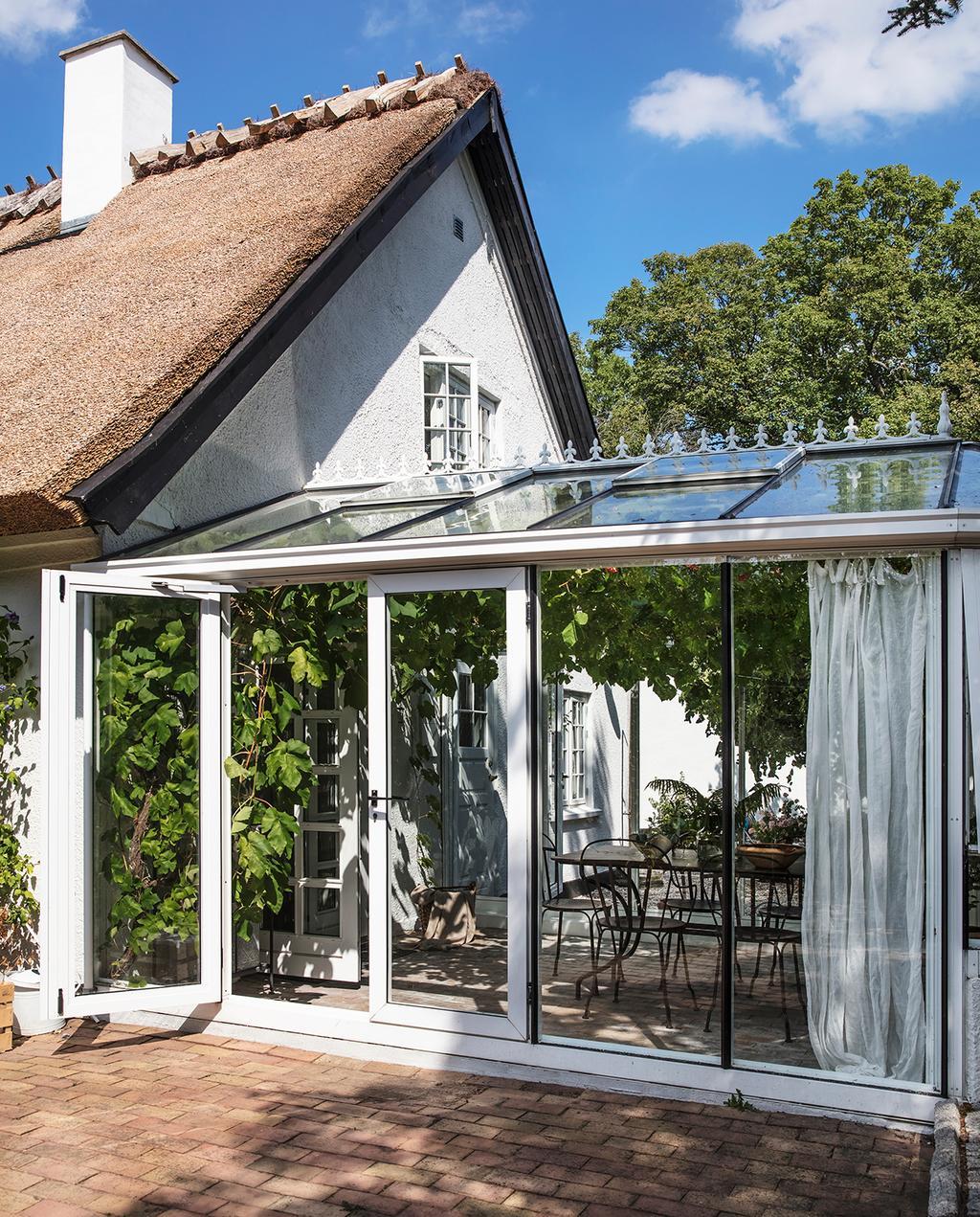 vtwonen tuin speciaal 1-2020 | buitenaanzicht met glazen serre
