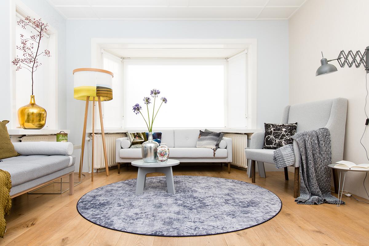 woonkamer geel paars banken rond vloerkleed voorjaarsschoonmaak