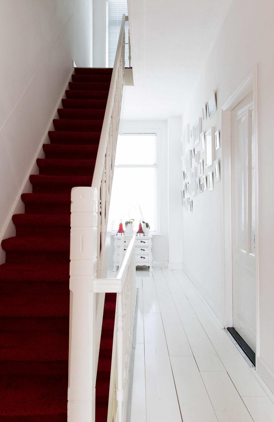 escalier rouge et blanc