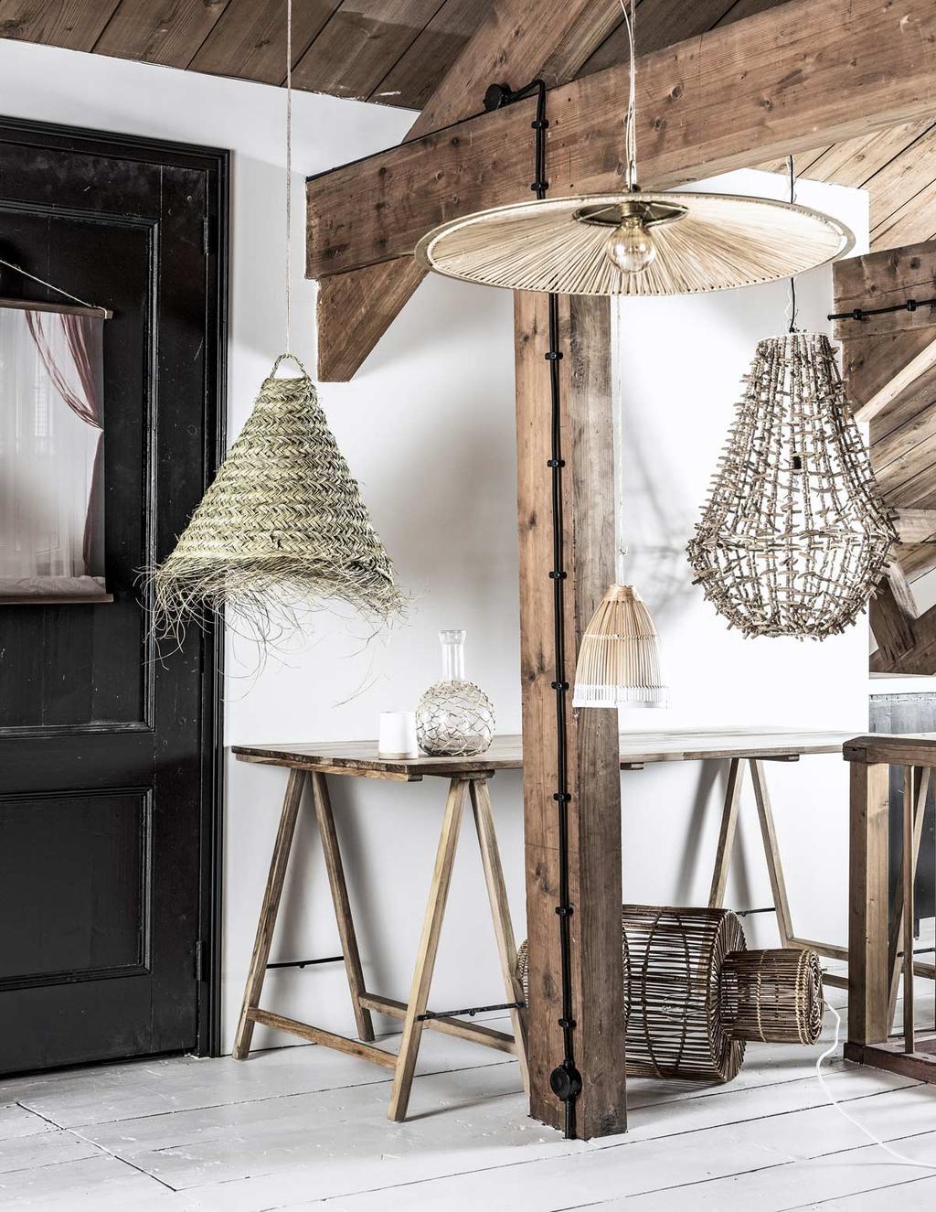 Natuurlijk licht met hanglampen in rotan en bamboe materialen.