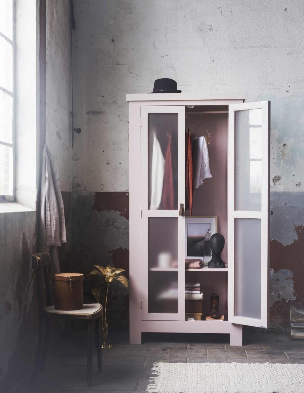 penderie-rose-pâle-portes-vitrées