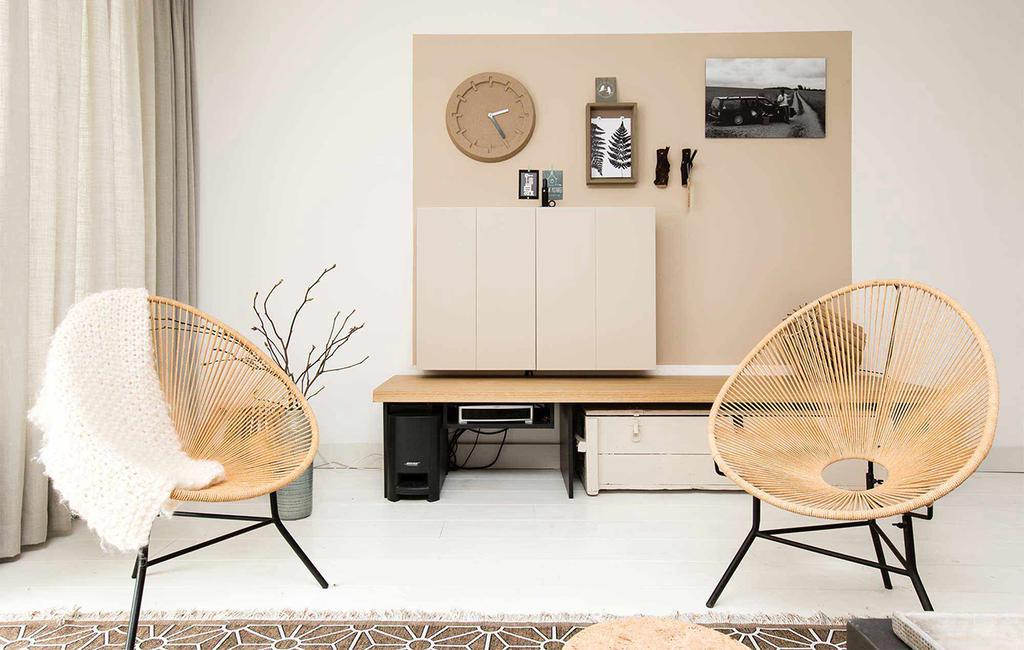 tv meubel met dichte kast, en stoelen met draden en wit plaid