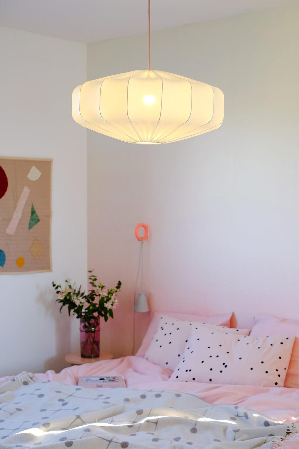 Designlamp van Lampverket in de roze slaapkamer van PRCHTG