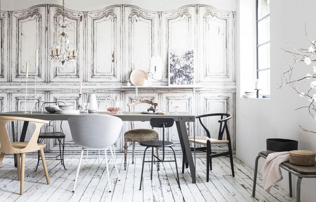 Een eetkamer met vintage deuren behang