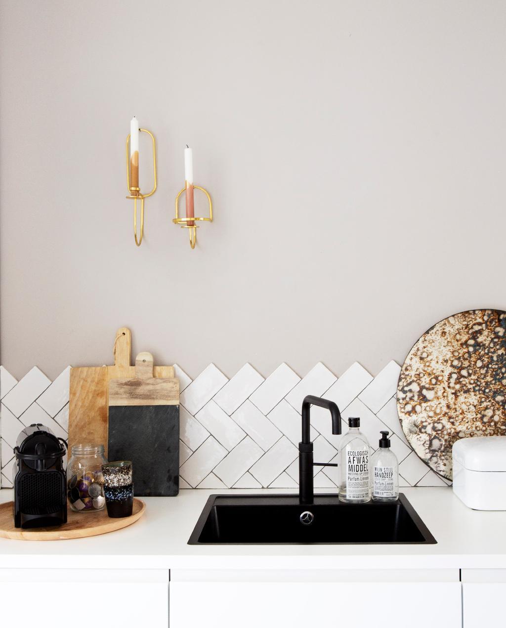 vtwonen 05-2020 | binnenkijken in een klassiek pand in amsterdam keuken met witte visgraattegels
