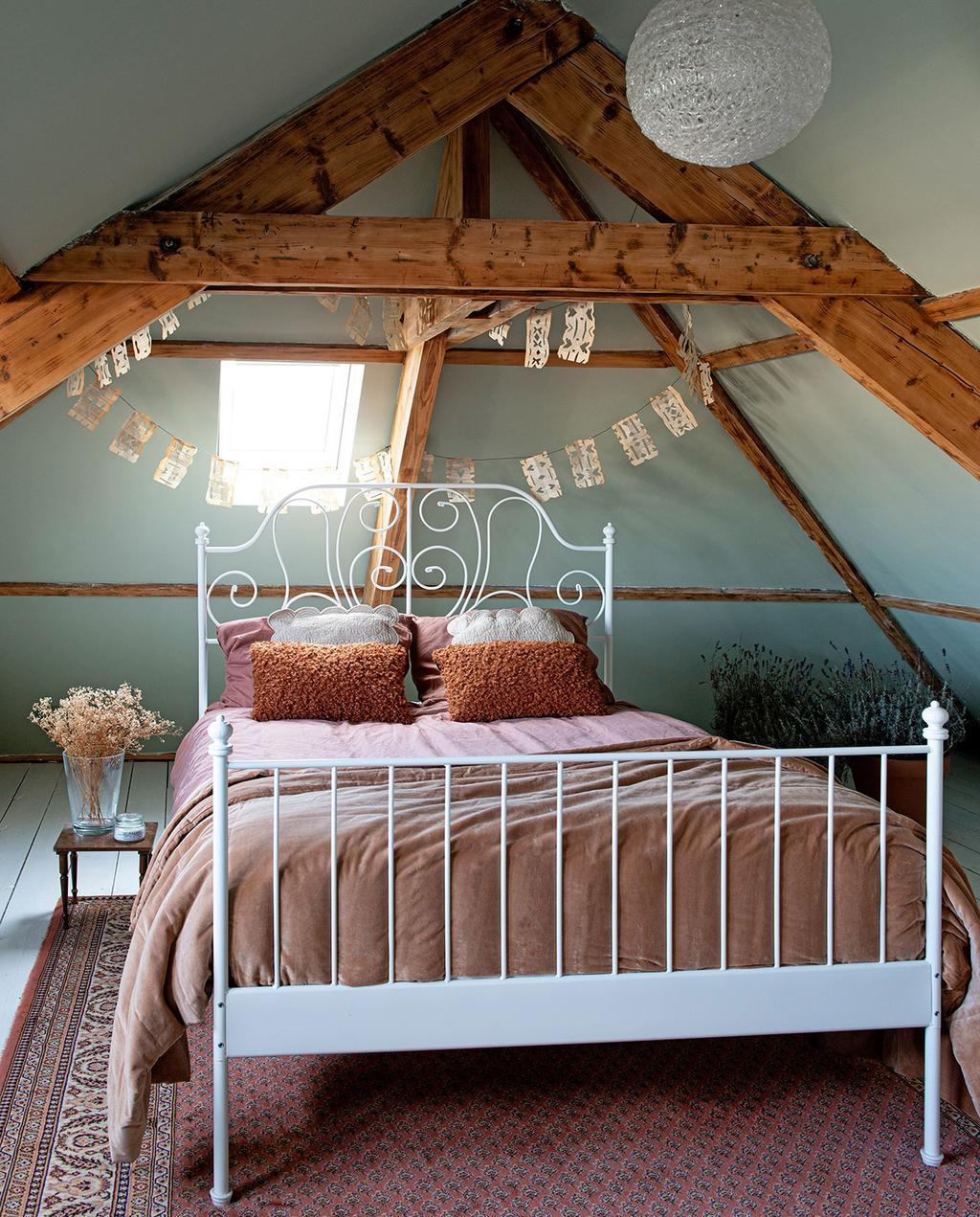vtwonen 03-2021   zolderkamer met opgemaakt bed en schuine wand