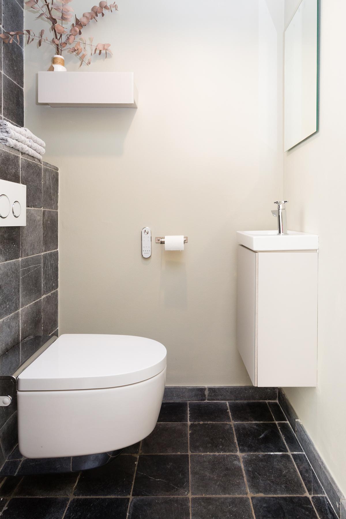 Geberit toilet op wc met zwarte tegel