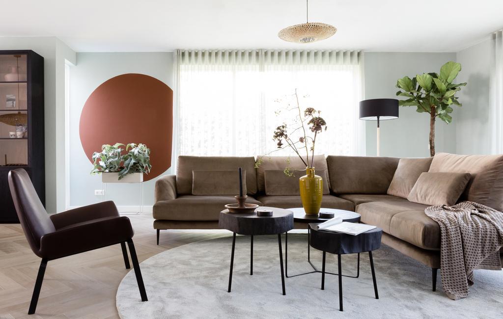vtwonen weer verliefd op je huis | seizoen 11 aflevering 1 | Frans Uyterlinde in Lelystad | zithoek | meubels scannen tijdens een shopafspraak