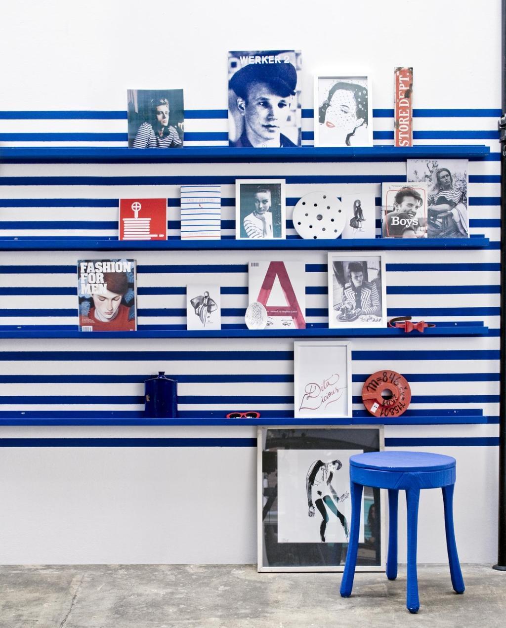 gallery wall   art wall   lijsten   foto   blauw   wit   krukje   polaroids ophangen in huis