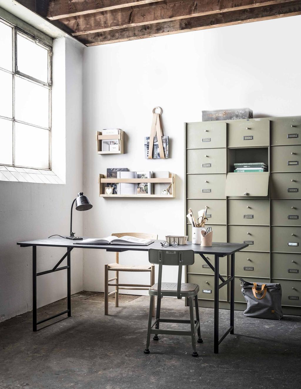 Een werkkamer met olijfgroene opbergkast om opruimen leuker te maken