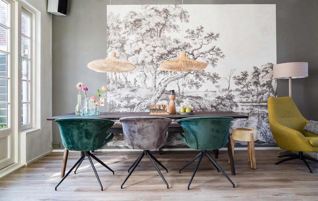 Behang in de eethoek met velvet eetkamerstoelen