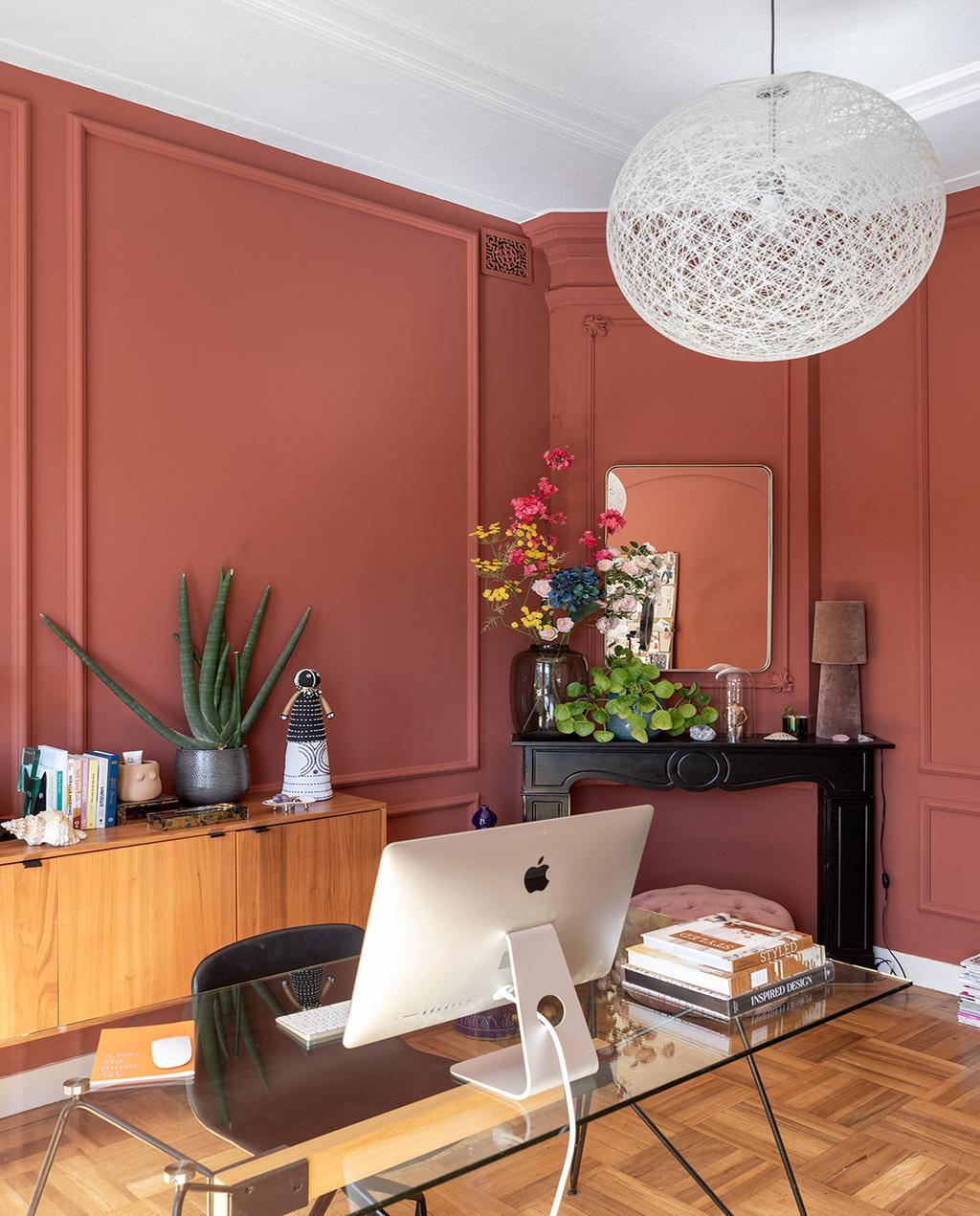 vtwonen 01-2021 | werkkamer met bureau en computer, rode wand
