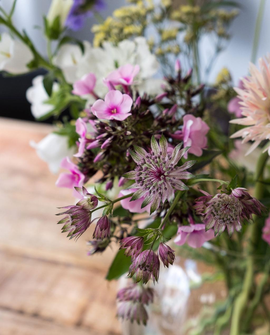 vtwonen 08-2020 | binnenkijken in een zomerse eetkamer in meppel bloemen op tafel