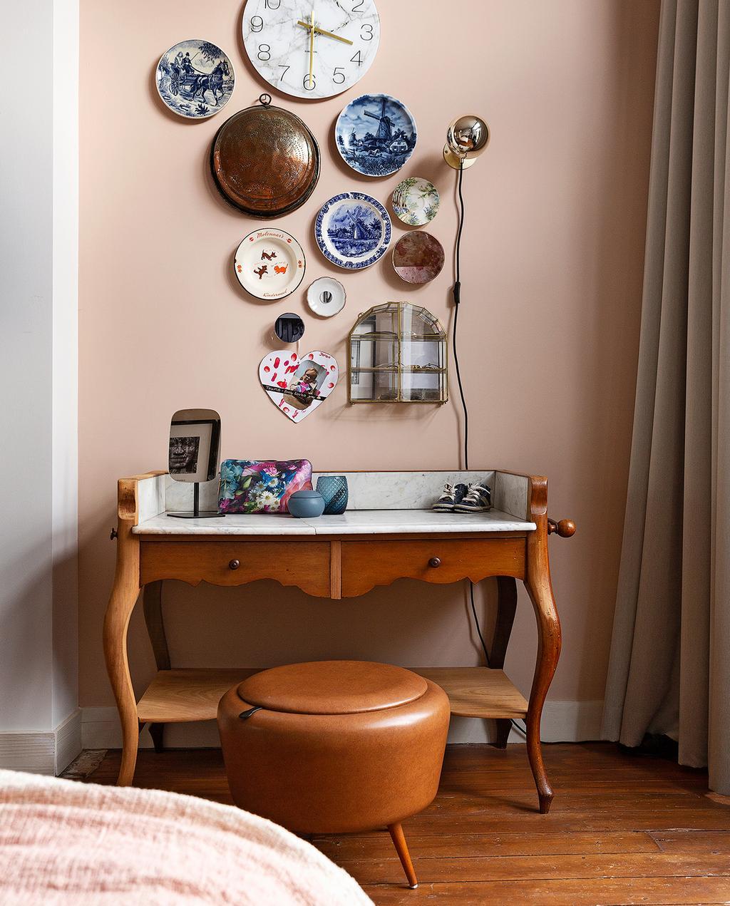 vtwonen 04-2020 | dressoir van hout met wanddecoratie