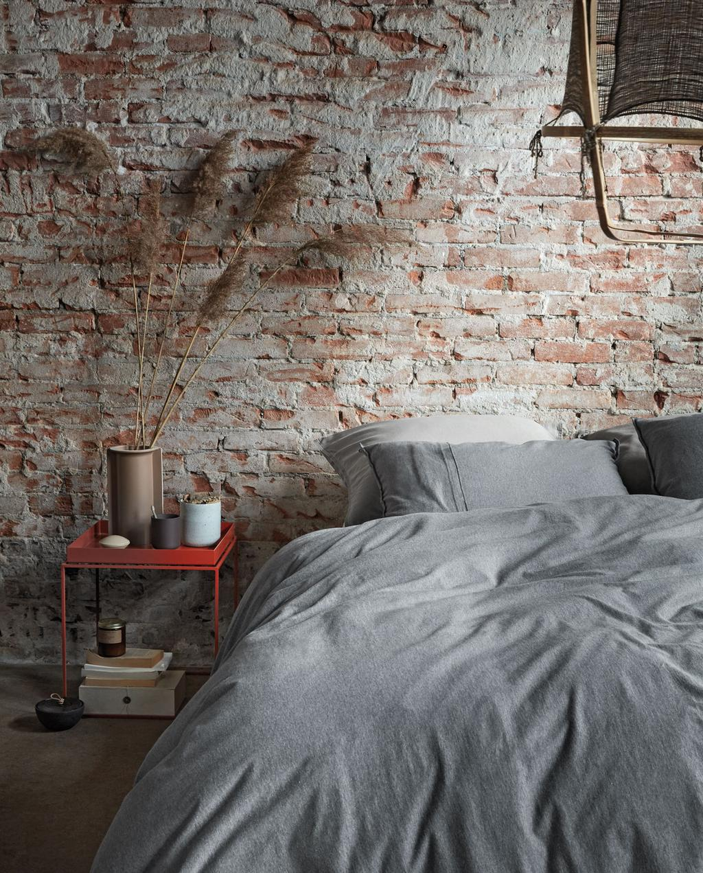 vtwonen 10-2019 | grijs bedlinnen slaapkamer stenenmuur