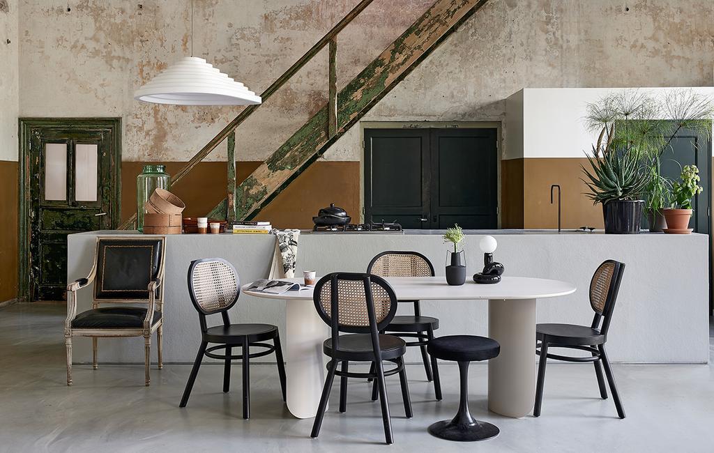 vtwonen 06-2021 | een ovale witte tafel met webbing stoeltjes
