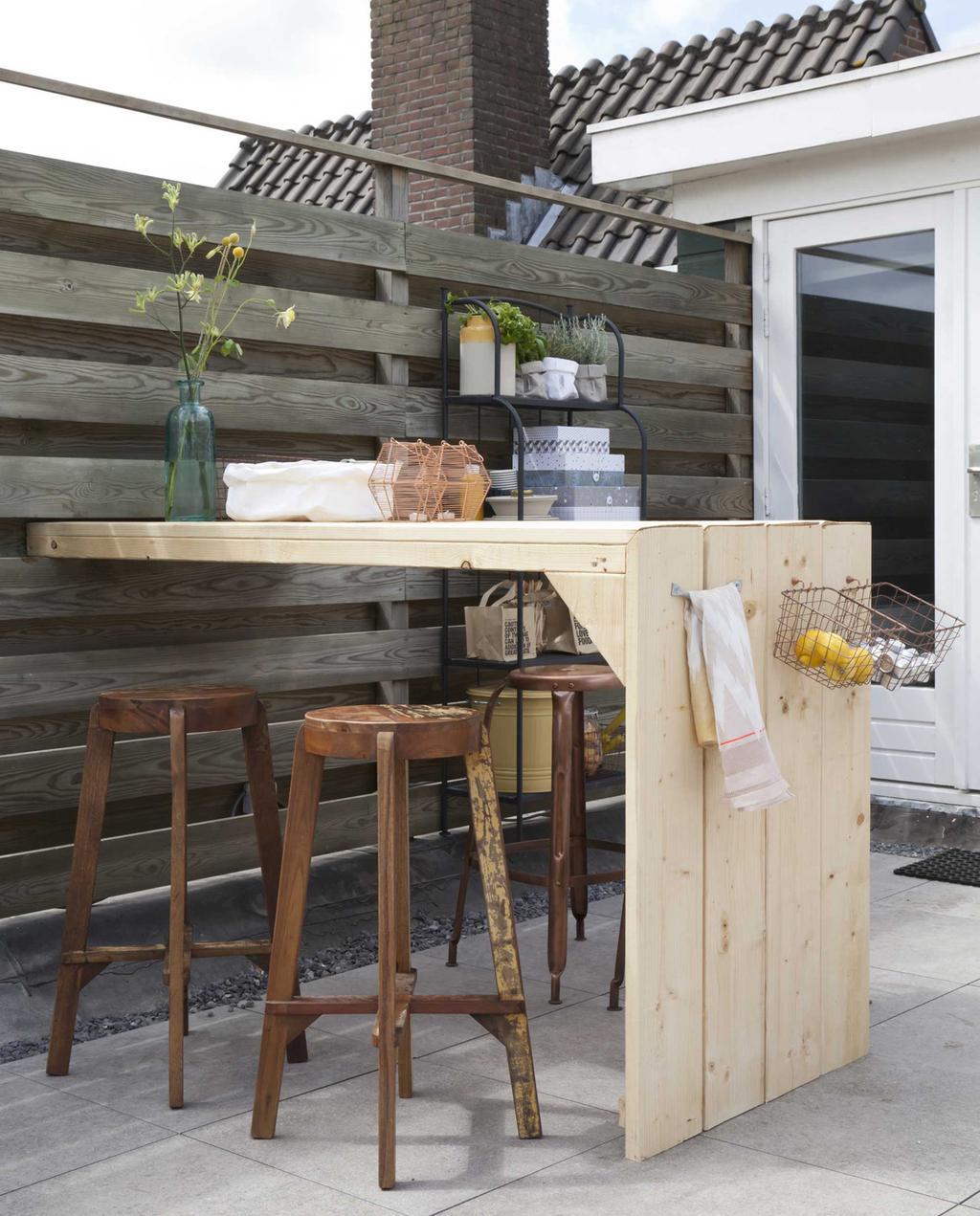 vtwonen doe het zelf | Hoge bartafel in de tuin met barkrukken