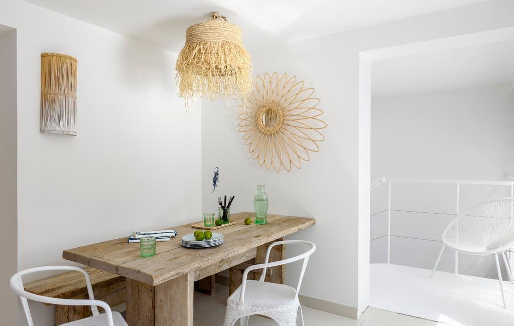 vtwonen 07-2020 | binnenkijken cannes strandhuis houten eettafel met witte tolixtoelen