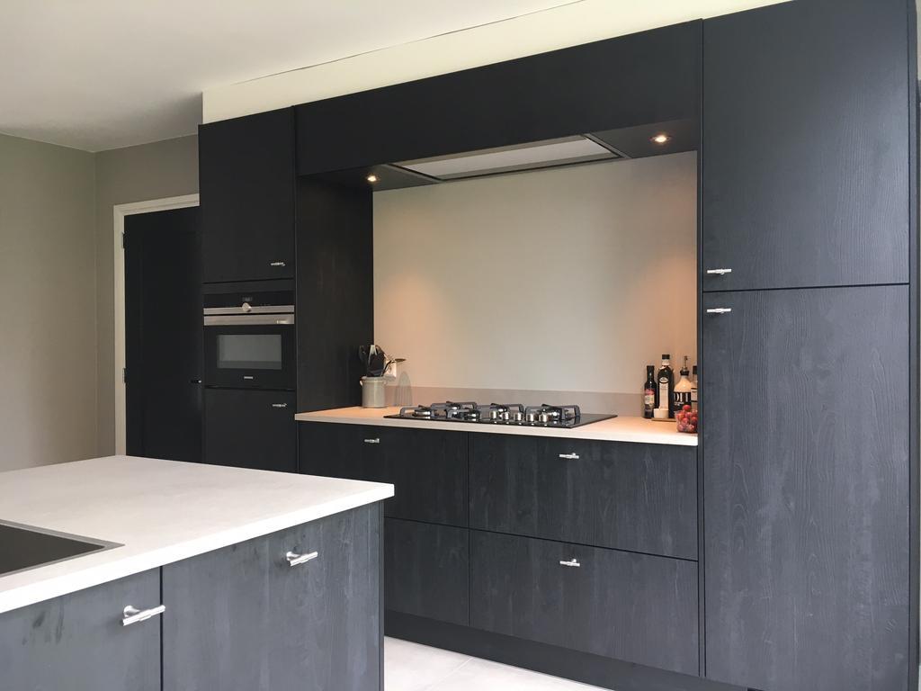wij-hebben-de-keuken-verplaatst-naar-de-voorzijde-van-de-woning-we-wilden-graag-een-uitbouw-en-een-tuingerichte-woonkamer-en-door-de-6-meter-brede-uitbouw-echt-super-geslaagd