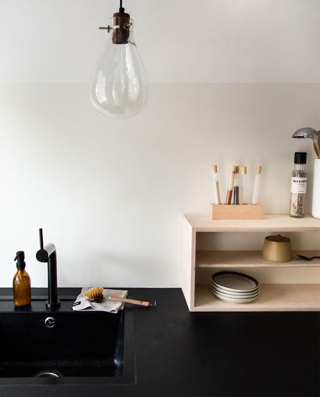 vtwonen blog Rachel Terpstra | kleur muurverf kiezen voor keuken met flexa creations testers zwart aanrecht met twee tinten wit muur