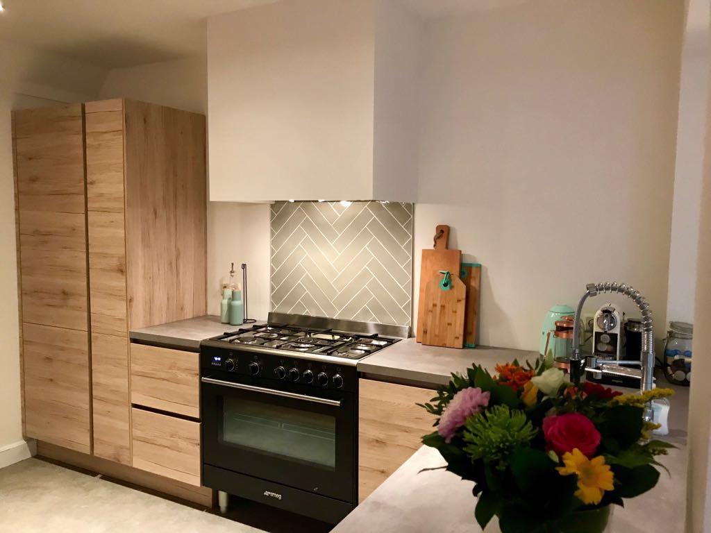 keuken-aanzicht-van-de-andere-zijde-met-alles-wat-wij-belangrijk-vinden-kastruimte-groot-fornuis-en-een-mooi-design