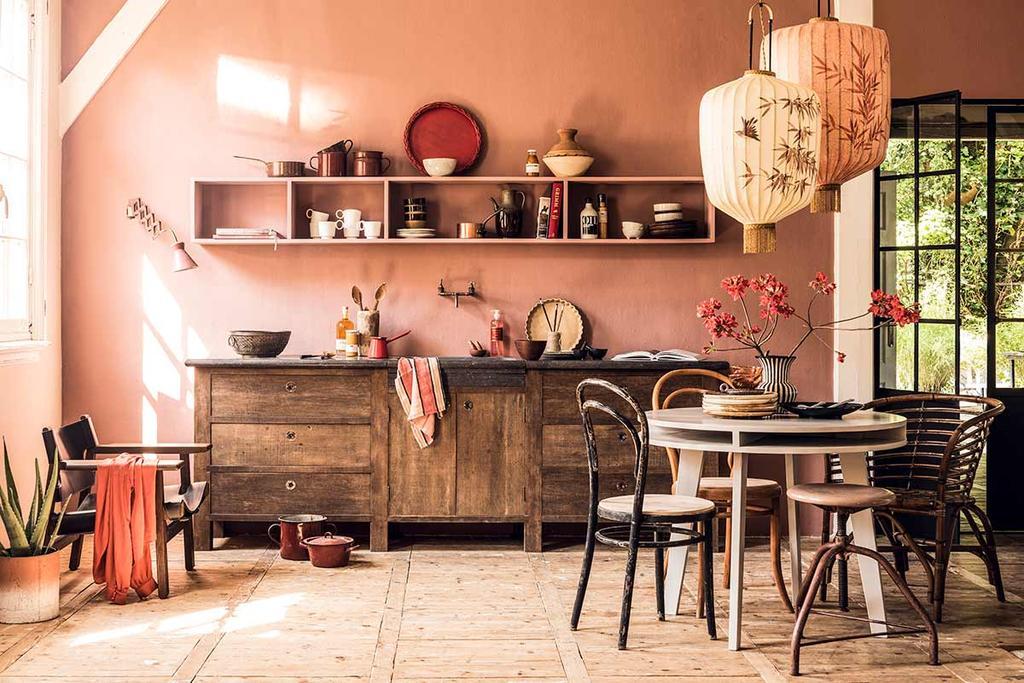 Roze keukenmuur met houten keuken en Chinese lampions | Geef souvenirs uit alle windstreken een mooi plekje!