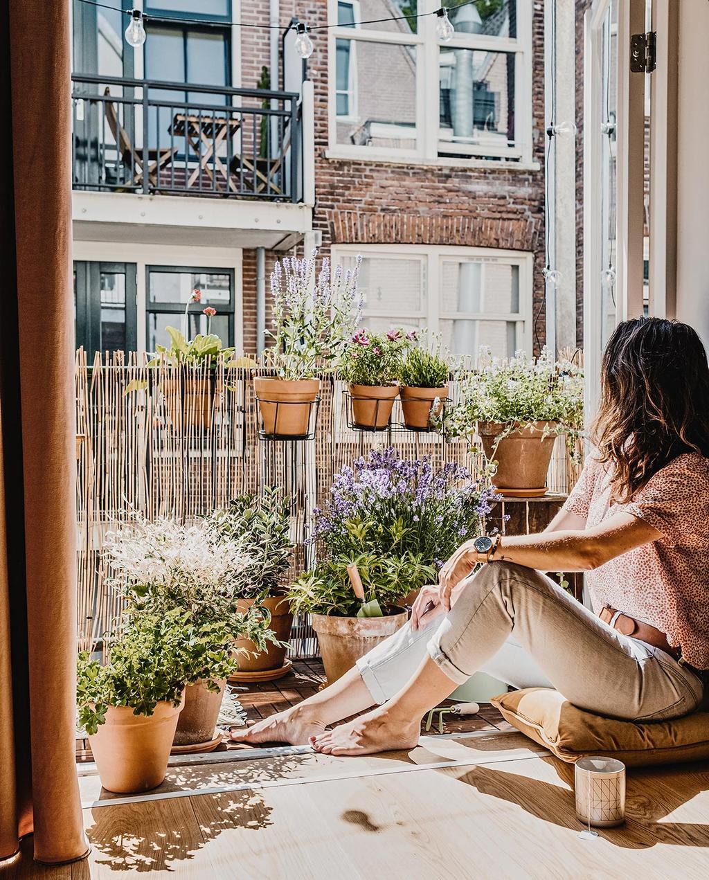 vtwonen 02-2021 | Friederike zittend op het balkon
