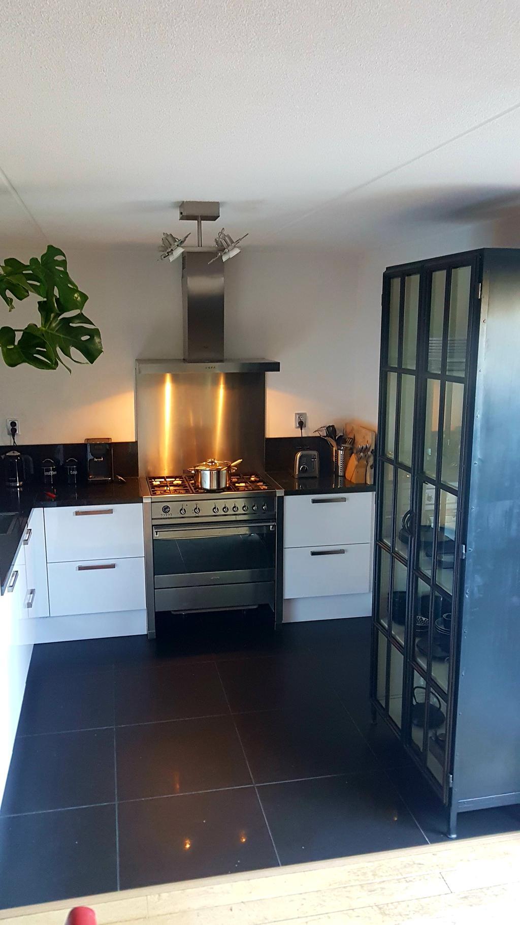 kleine-maar-fijne-keuken-helemaal-blij-met-de-nieuwe-stalen-kast-voor-de-glazen-bordjes-en-schaaltjes