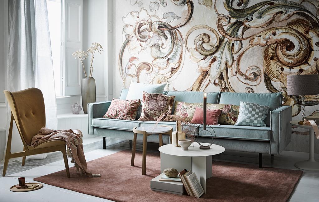 vtwonen 03-2020 stof verf & behang | woonkamer met print behang en fluweel meubels