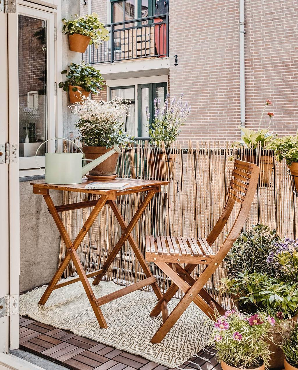 vtwonen 02-2021 | studio met klein balkon en tafel