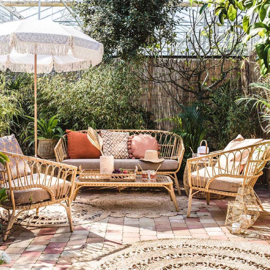 shop vtwonen parasol terras met rieten tuinmeubels