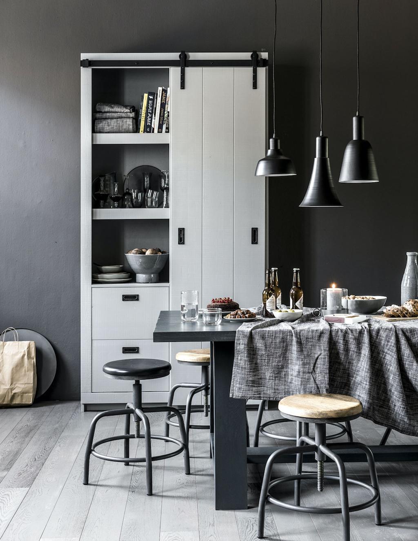 Eetkamer ingericht met verschillende tinten grijs