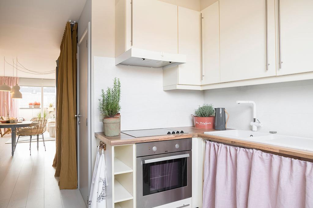 De keuken van Nathalie uit de vierde aflevering van het tweede seizoen van 'Een frisse start met vtwonen'.