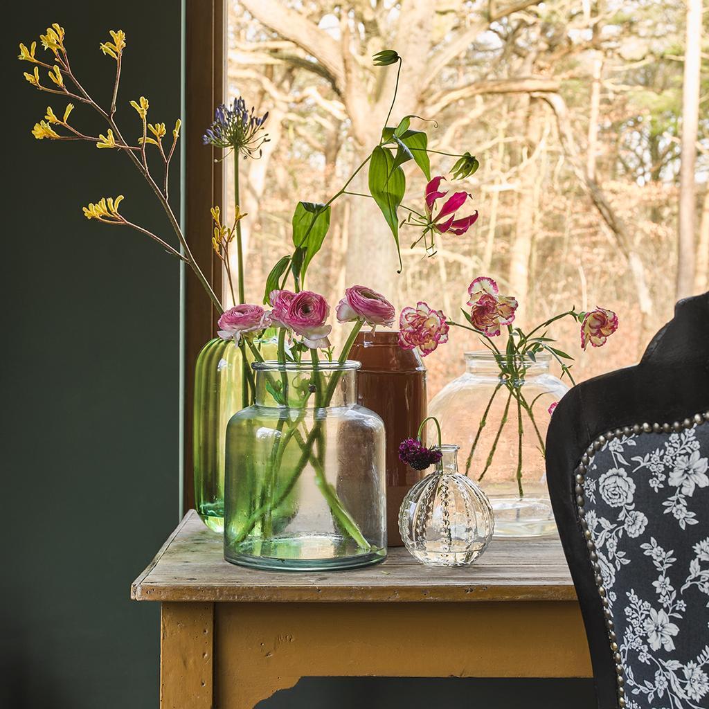 vtwonen 04-2020 | bureau gedecoreerd met glazen vazen gevuld met bloemen