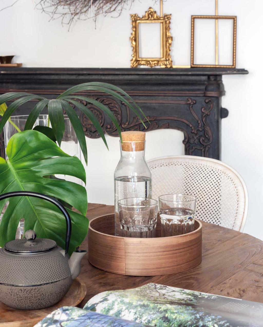 vtwonen 09 | Binnenkijker | zwarte schouw met houten tafel en accessoires