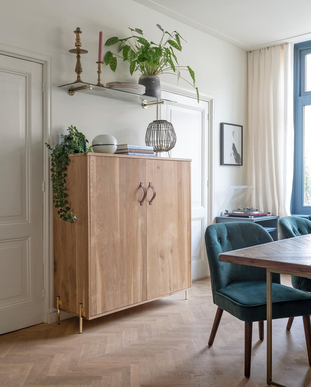 vtwonen special tiny houses | woonkamer met eettafel en kast