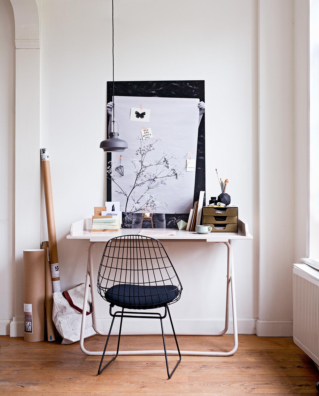 Werkplek met bureau en zwarte stoel