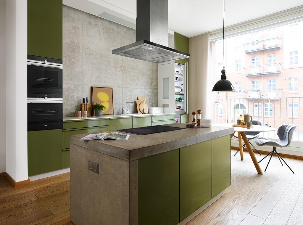 Groene keuken met keukeneiland