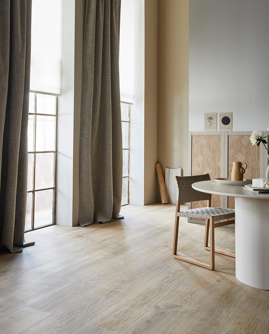 vtwonen 07-2021 | licht huis met grijze gordijnen, een witte ronde tafel, en landhuiseffect I nieuwe gordijnen