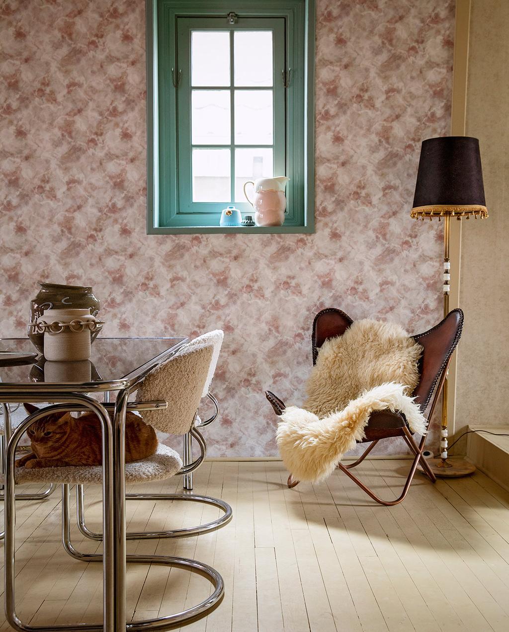 vtwonen 06-2021   vlinder stoel met eettafel en witte teddy eetstoelen, het behang is met roze bloemen