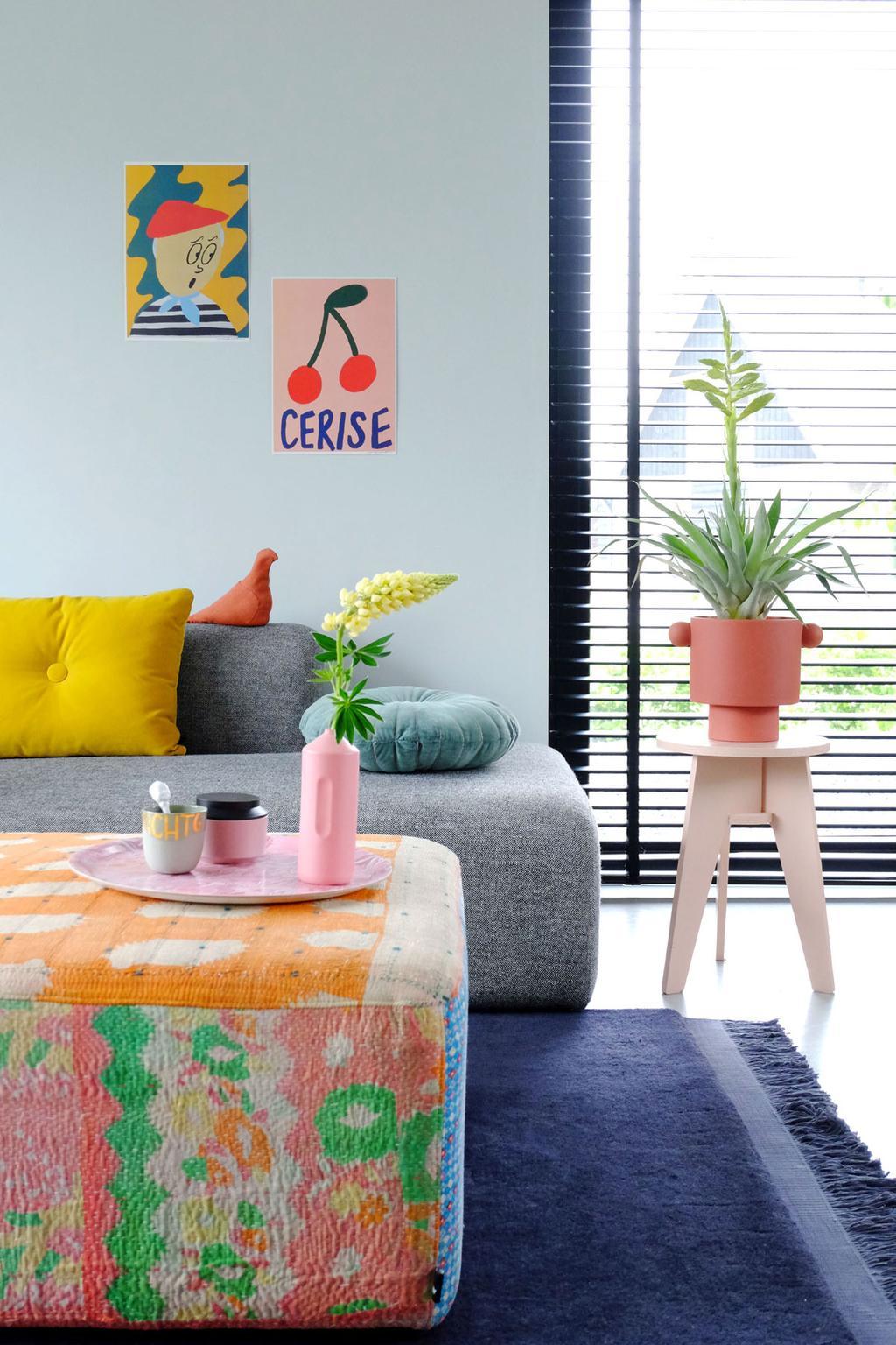 Zithoek in een woonkamer met vrolijke, felle kleuren.
