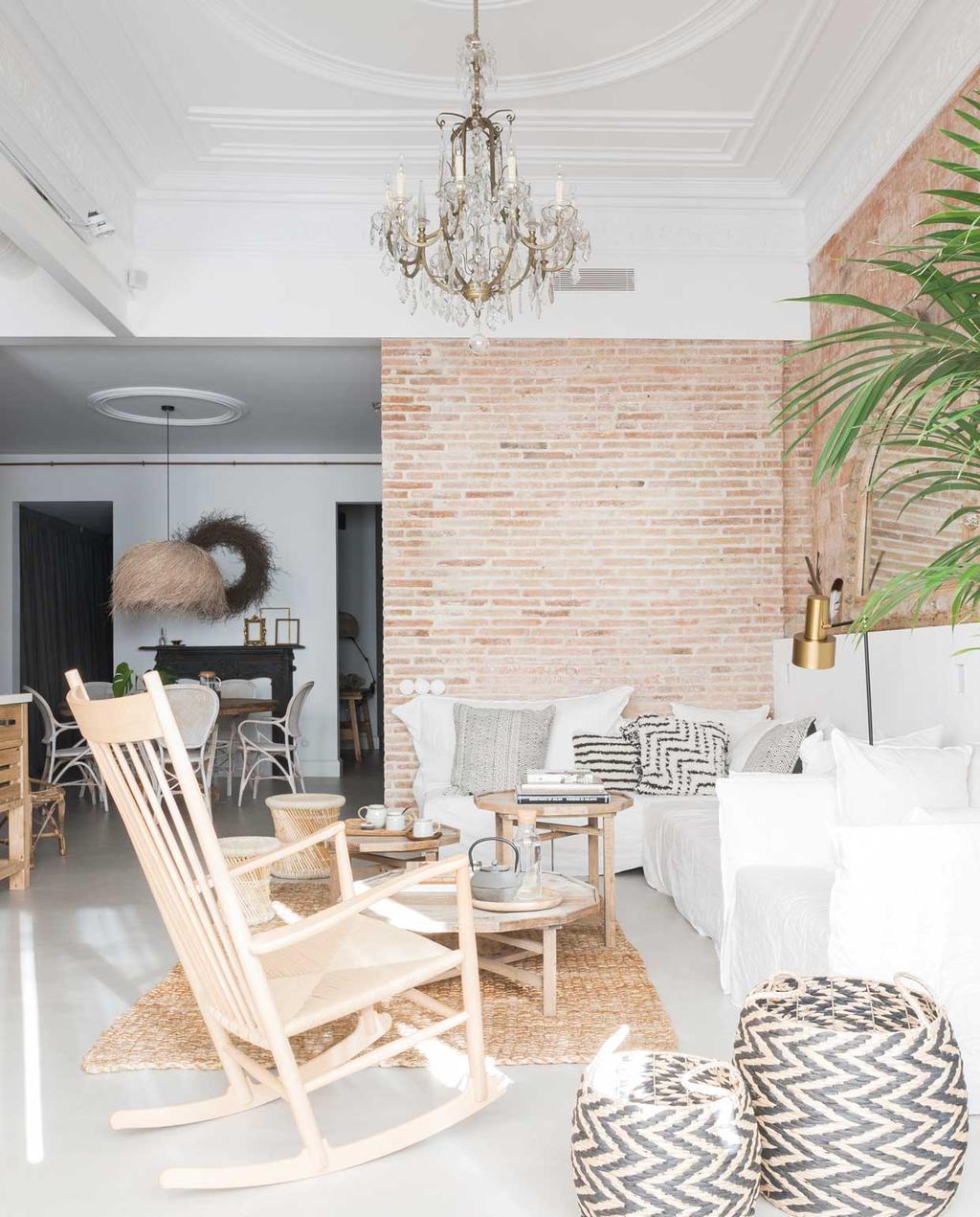 vtwonen 09 | Binnenkijker | Witte wonkamer met schommelstoel en en houten elementen