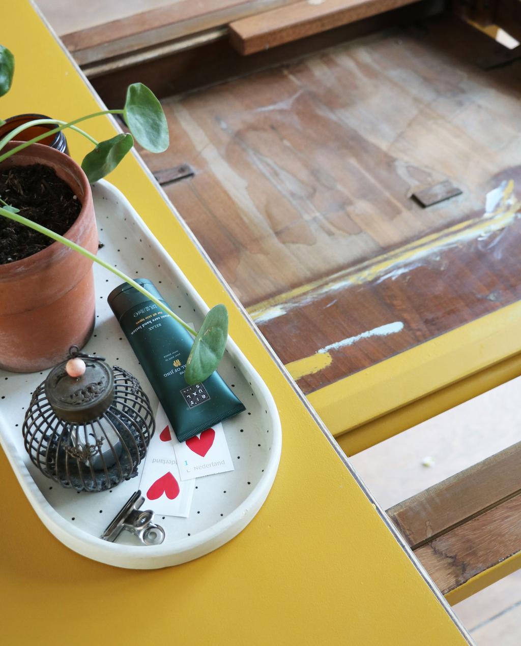 vtwonen en marktplaats   de interieurvondst van rolien: ronde uitschuifbare tafel    okergeel kastje